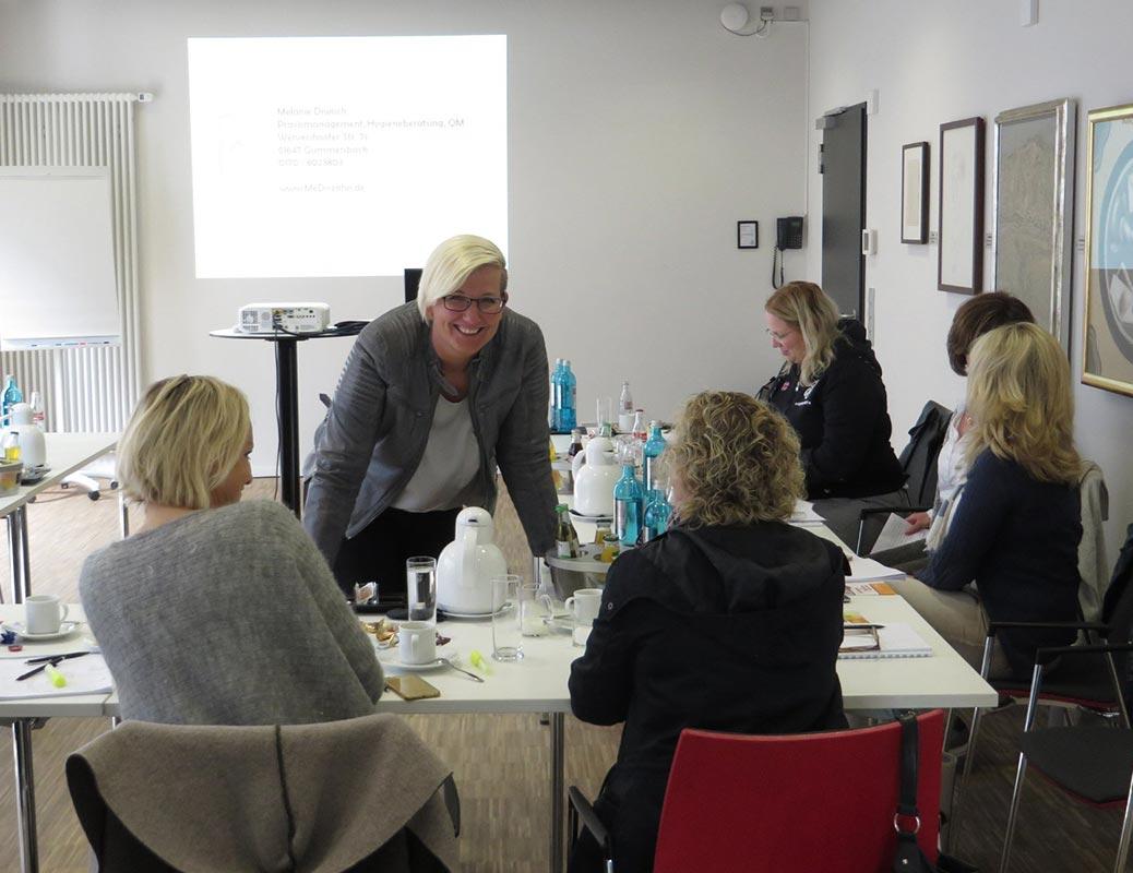 Melanie Diwisch erklärt Team zahnärztliche Abrechnung
