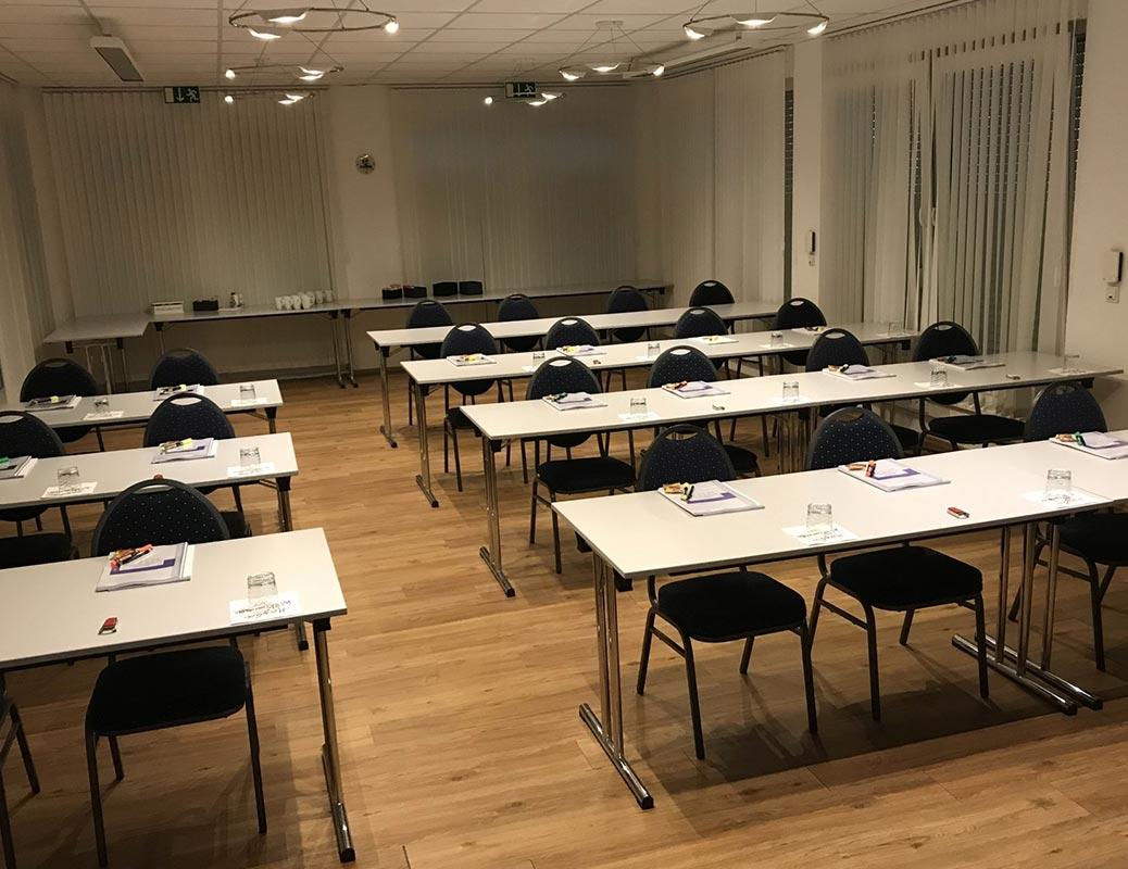 Seminarunterlagen liegen bei Fortbildung für zahnärztliche Abrechnung auf den Tischen