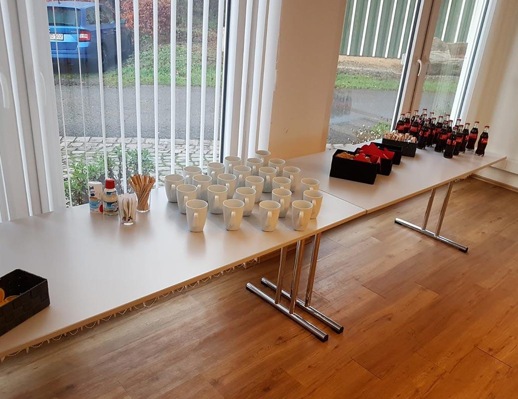 Tassen für Pause während Fortbildung für zahnärztliche Abrechnung