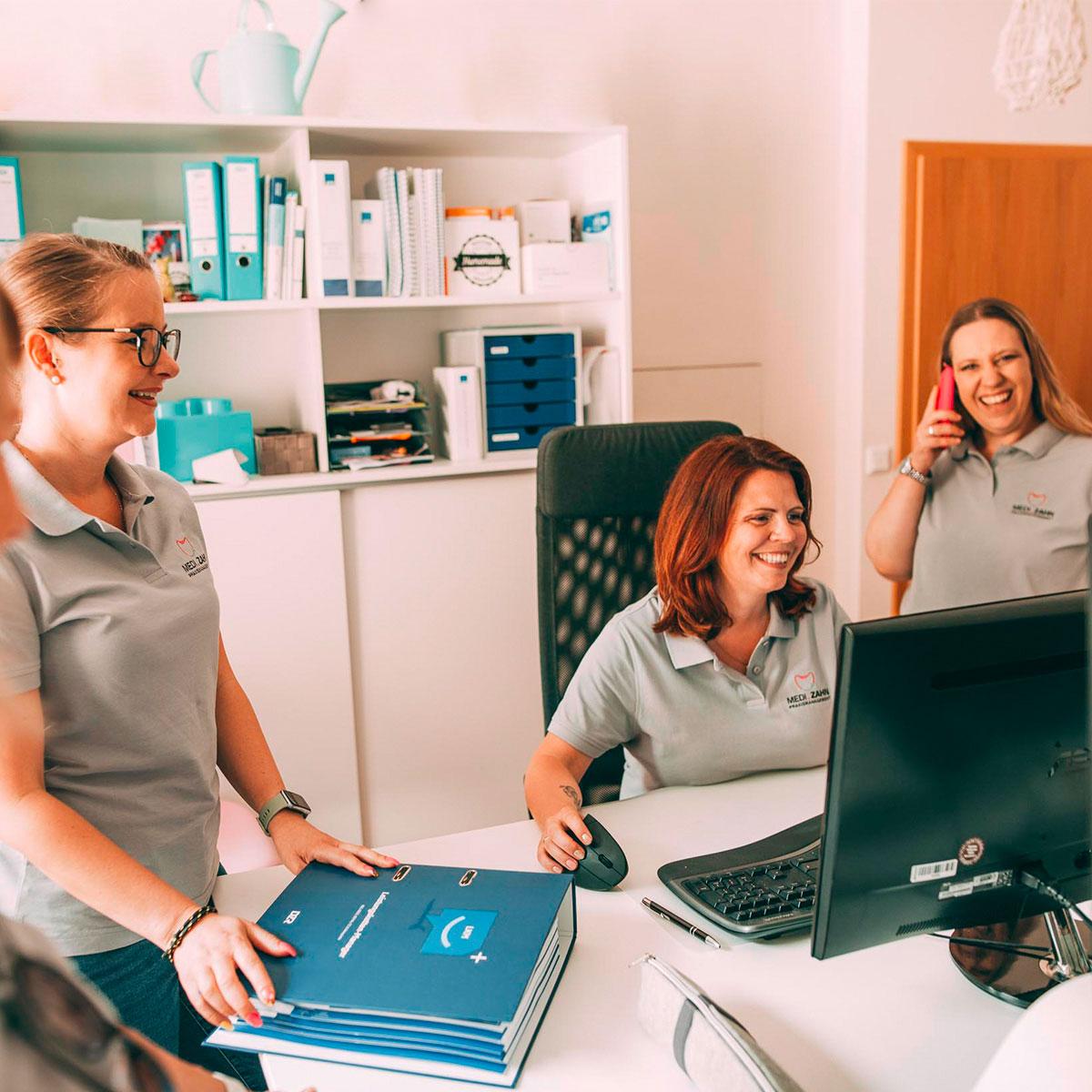 Mitarbeiter von MeDi-Zahn in Engelskirchen führen Abrechnung für Zahnarztpraxis durch