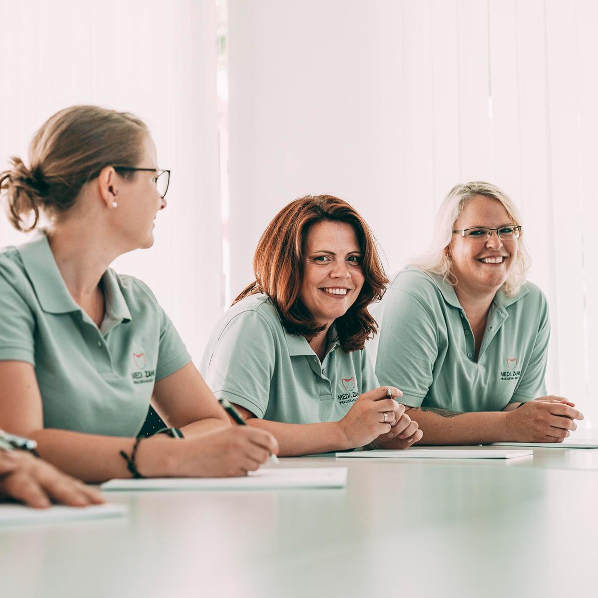 Drei Mitarbeiterinnen von MeDi-Zahn für zahnärztliche Abrechnung MKG / KFO